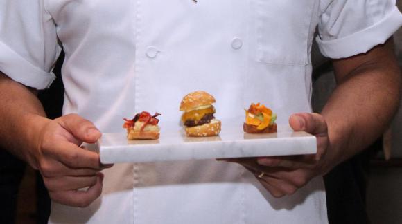 El chef Juan Herrera recibió a los asistentes con varios aperitivos para degustar.