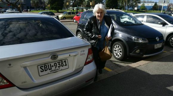 Lucía Topolansky llega al Palacio Legislativo. Foto: Fernando Ponzetto.