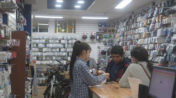 Catálogo. Con su primer local, Febo amplió la variedad de productos. (Foto: Francisco Flores)