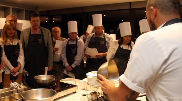 El chef hizo una demostración de cómo preparar una fondeu clásica