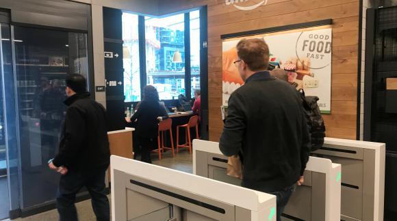 Check out. Al salir de la tienda, el importe se debita en forma automática. Foto: Reuters.