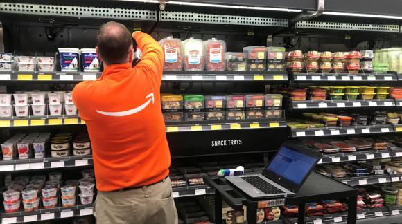 Los empleados reponen mercadería y ayudan a los clientes con problemas técnicos. Foto: Reuters.