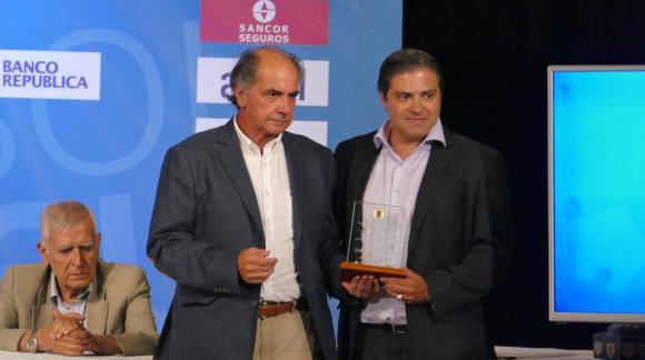 Gastón Tealdi recibe el premio de Dawson y Guruceaga de la valla menos vencida del Campeonato Uruguayo 2017. Foto: Ricardo Figueredo