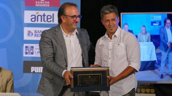 Progreso recibe la placa en manos del presidente Fabián Canobbio por el ascenso al Campeonato Uruguayo 2018. Foto: Ricardo Figueredo