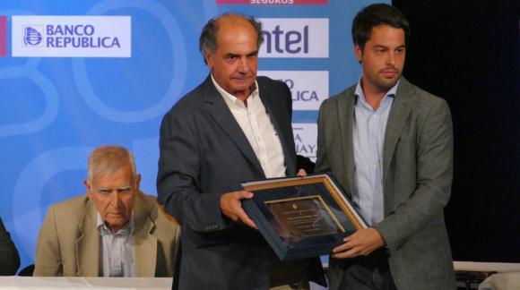 Torque recibe la placa por el ascenso al Campeonato Uruguayo 2018. Foto: Ricardo Figueredo