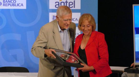 Rampla recibe la placa por la clasificación a una copa internacional en manos de su presidenta Isabel Peña. Foto: Ricardo Figueredo