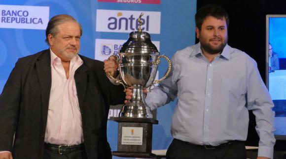 Nacional recibe el trofeo por ganar en Tercera División. Foto: Ricardo Figueredo