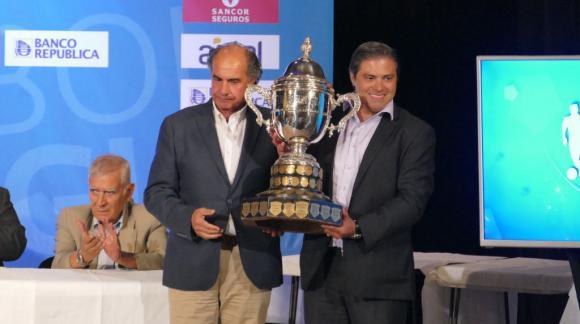 Gastón Tealdi, delegado, recibe la copa de campeón de Uruguay por Peñarol. Foto: Ricardo Figueredo
