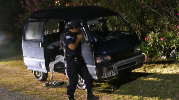 Los delincuentes dejaron la camioneta en la que huyeron. Foto: Ricardo Figueredo