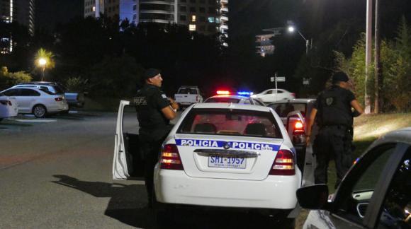 La Policía realiza operativo para dar con los delincuentes. Foto: Ricardo Figueredo