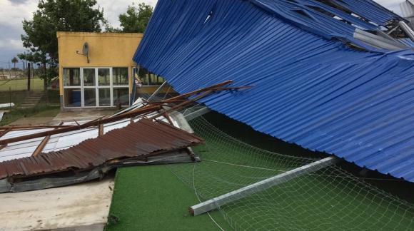 La cancha de Boca Juniors sufrió destrozos tras el temporal en Melo. Foto: Néstor Araújo