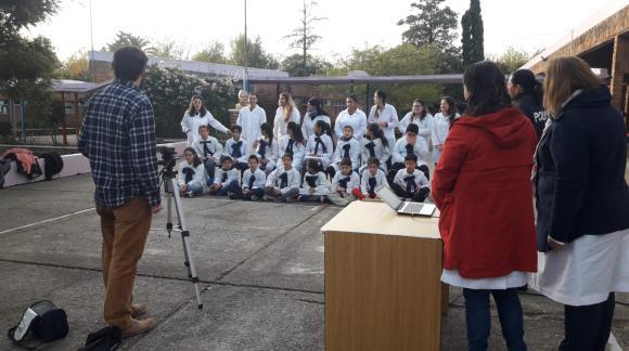 """Niños cantando """"Cielo de un solo color""""."""