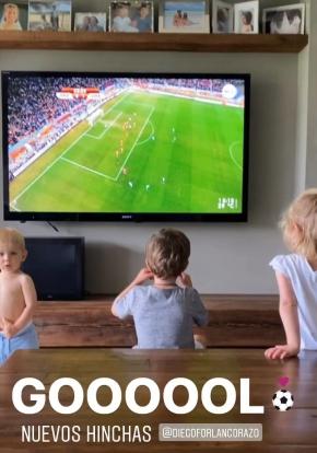 Diego Forlán observando el Uruguay-Ghana junto a su familia. Foto: Instagram / Paz Cardoso.