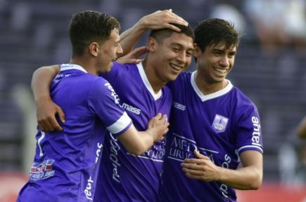 Facundo Milán es saludado por Facundo Castro y Matías Cabrera en el gol de Defensor. Foto: Fernando Ponzetto