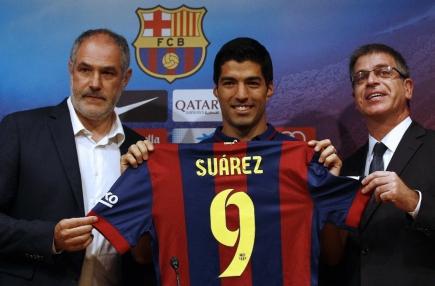 Orgullo. Zubizarreta, Suárez y el vicepresidente del club Jordi Mestre, en la presentación. Foto: AFP
