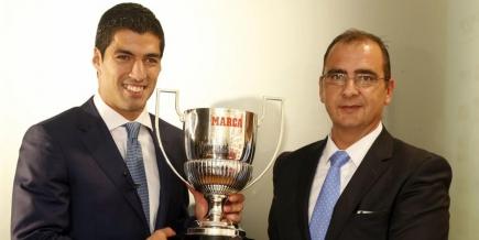 Luis Suárez recibiendo el premio Pichichi. Foto: @Marca