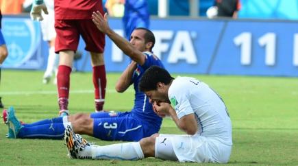 Incidente. Suárez y Chiellini, segundos después del mordisco que originó su sanción. Foto: Nicolás Pereyra