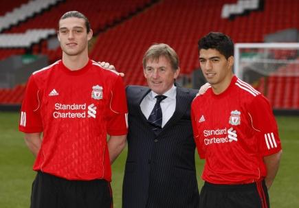 La presentación de Andy Carroll y Luis Suárez en Liverpool con el entrenador Kenny Dalglish. Foto: Archivo El País