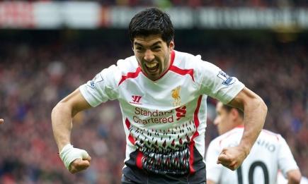 Luis Suárez festejando el gol de Liverpool como Hulk. Foto: Archivo El País