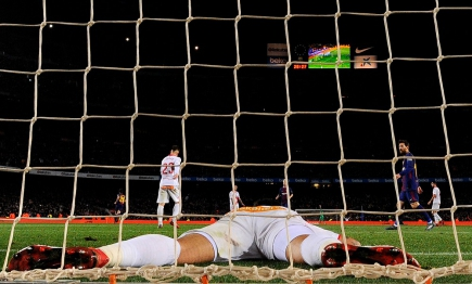 Así quedó el defensa del Alavés, Guillermo Maripan, después del gol de Messi. Foto: AFP