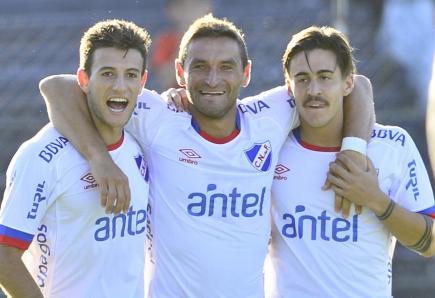Leandro Barcia, Gonzalo Bergessio y Gabriel Neves festejando el gol de Nacional. Foto: Gerardo Pérez