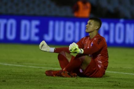 Washington Aguerre celebrando el gol de Cerro Largo de cara a los hinchas de Nacional. Foto: Fernando Ponzetto.