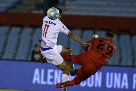 El penal de Washington Aguerre a Gonzalo Castro en el Nacional vs. Cerro Largo