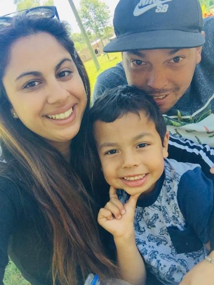 Bernardo Laureiro junto a su pareja y su hijo.