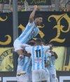 Leandro Paiva festeja el gol anotado ante Peñarol con sus compañeros. Foto: Marcelo Bonjour.