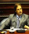 El senador Lacalle Pou afirma que hay varias leyes sin sentido. Foto: Marcelo Bonjour.