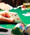 Víctima y victimario son jugadores de poker y apuestan importantes sumas de dinero.