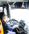 Mujer manejando un ómnibus. Foto: Archivo El País