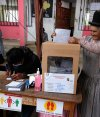 Con el voto en la mano y la mascarilla -aunque no es el caso de la señora de la foto-, los bolivianos volvieron a las urnas un año. Foto: Reuters