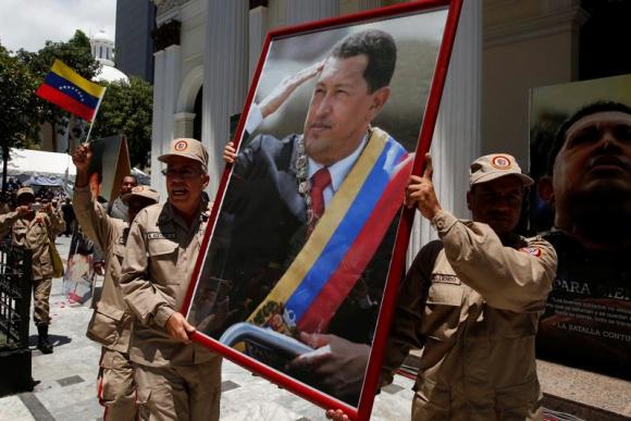 Militares ingresando el retrato de Chávez al Parlamento. Foto: Reuters