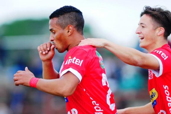 Joel Burgueño festeja uno de sus goles para Rentistas. Foto: Fernando Ponzetto.