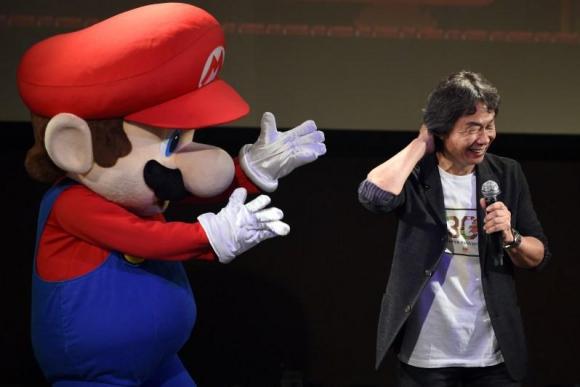 Shigeru Miyamoto junto a Super Mario, su más brillante creación. Foto: AFP.