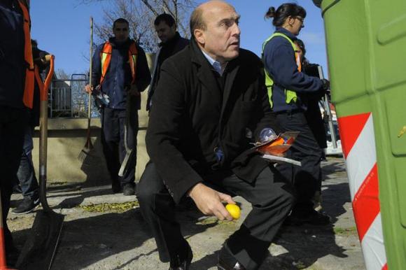 Daniel Martínez y futbolistas recogiendo residuos. Foto: L. Carreño