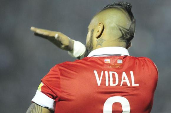 Arturo Vidal realiza señas a su parcialidad. Foto: Fernando Ponzetto