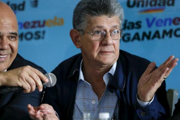 Discusión: Henry Ramos junto a Jesús Torrealba. Foto: Reuters.