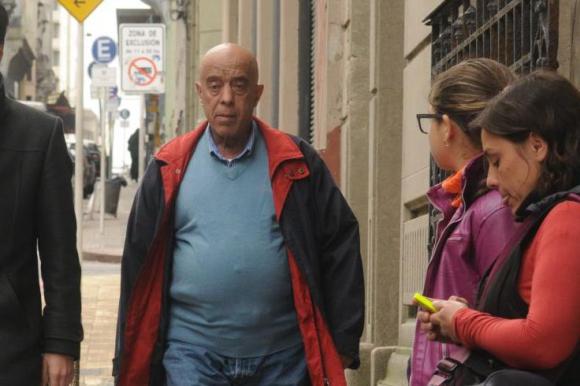 Héctor Amodio Pérez llegando ayer al juzgado acompañado de su abogado Ojeda.