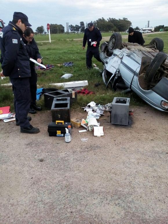 El auto quedó dado vuelta y uno de los ladrones murió.