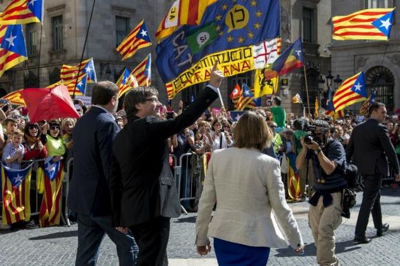 Puigdemont y los alcaldes son recibidos por una multitud. Foto: AFP.