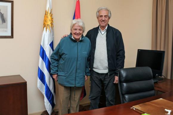 Vázquez y Topolansky tras la firma del traspaso del mando presidencial. Foto: Presidencia.