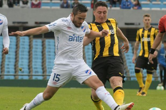 Álvaro González y Cristian Rodríguez se disputan el balón. Foto: Francisco Flores