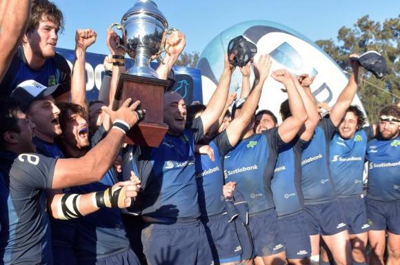 Alegría. Los jugadores de Old Christians con la copa y los brazos bien arriba celebrando un nuevo título en el Uruguayo de Clubes. Foto: Álvaro Portillo