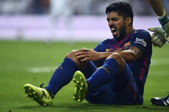 El momento de la lesión de Luis Suárez en el clásico contra Real Madrid. Foto: AFP