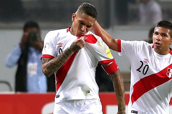 Capitán de Perú y autor del gol que le puede dar una clasificación histórica: Paolo Guerrero. Foto: EFE