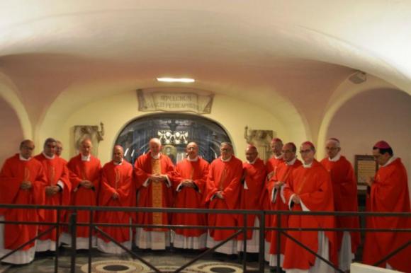 Sturla y los obispos uruguayos en la tumba de San Pedro, en el Vaticano. Foto: @iglesiauy