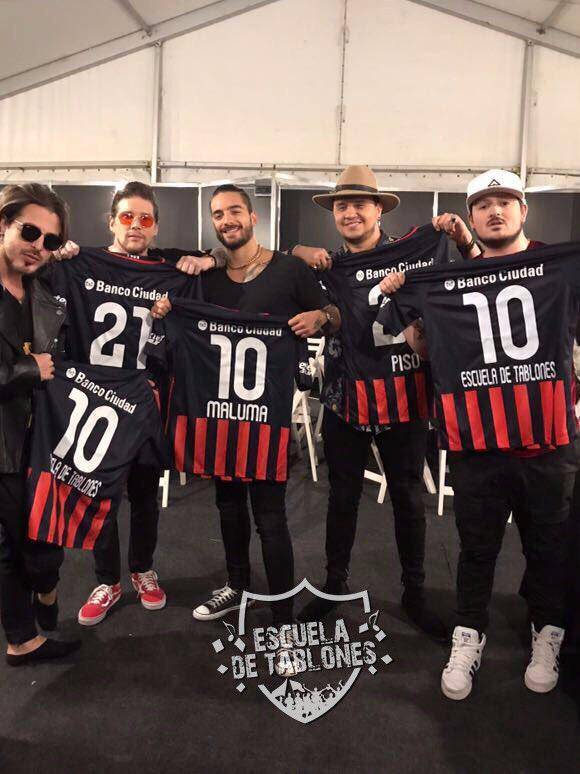 Maluma y Piso 21 con las camisetas de San Lorenzo. Foto: Escuela de Tablones