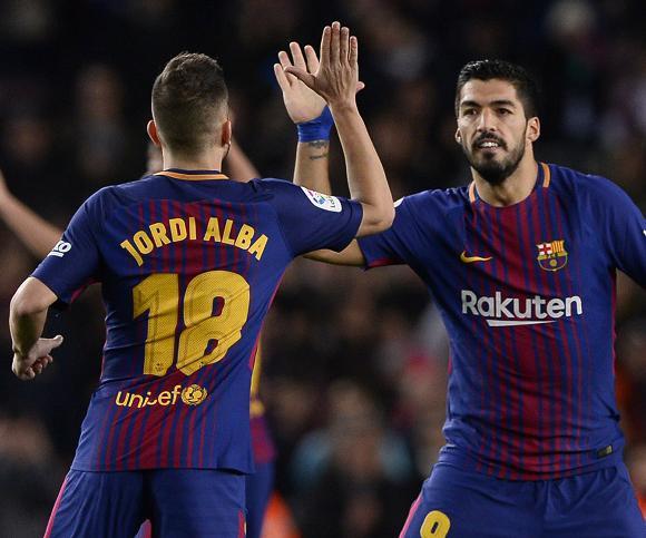 Luis Suárez festeja el gol de Barcelona con Jordi Alba. Foto: AFP